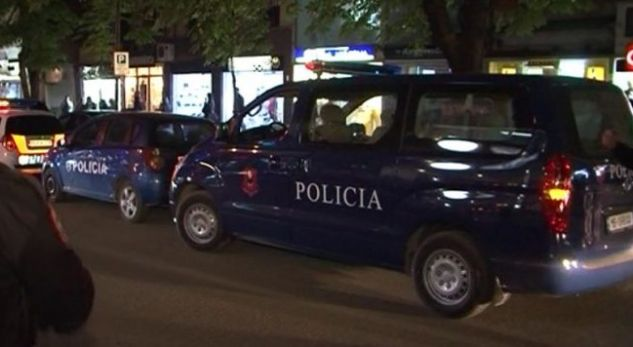 """Turisti italian ndalon makinën te """"Mali i Robit"""", një person i vjedh çantën dhe paratë"""