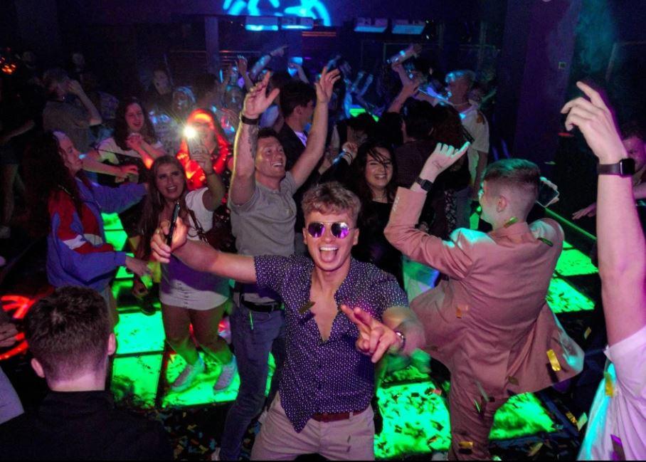 Të rinjtë britanikë i rikthehen jetës së shfrenuar, dynden në lokalet e natës