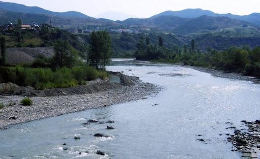 Futet në lumë për tu larë, mbytet 7 vjeçari në Berat