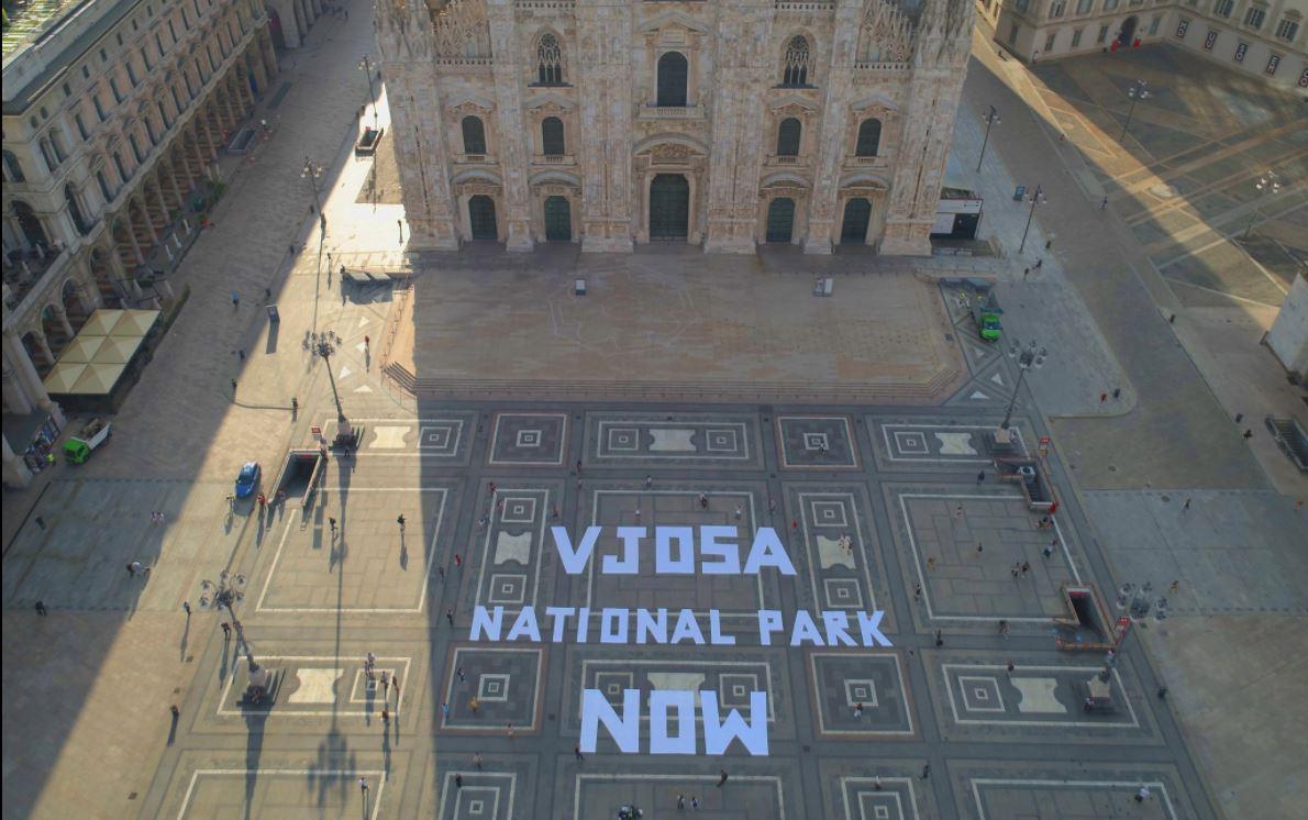"""""""Vjosa Park Kombëtar"""", slogani për mbrojtjen e lumit shpaloset në sheshin Duomo në Milano"""