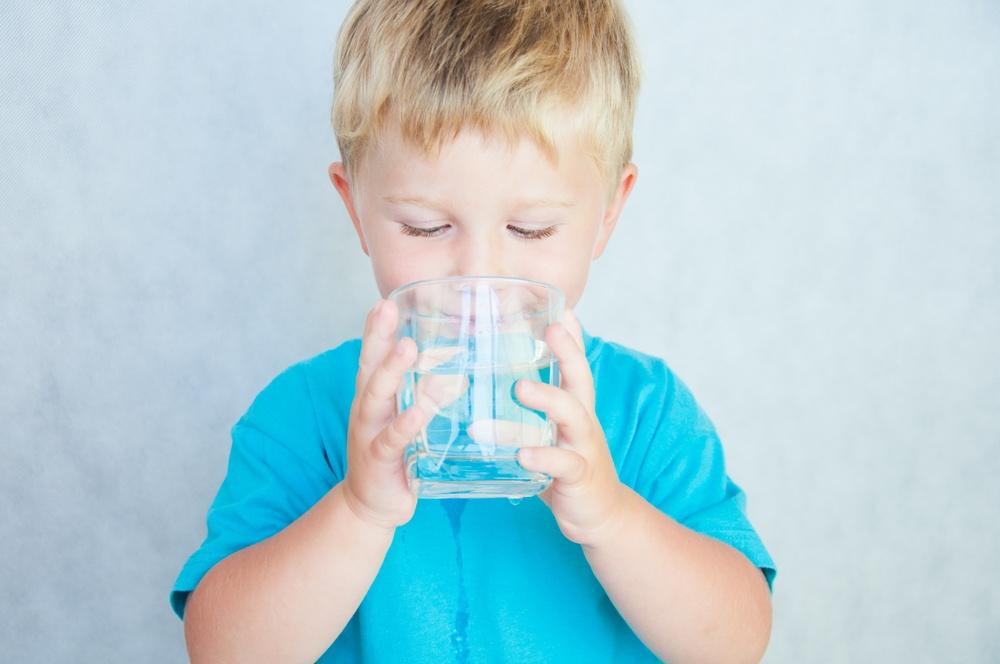Kur fëmija nuk pi ujë, çfarë mund të ndodhë me të?