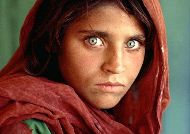 Historia e vajzës nga Afganistani që mahniti botën me shikimin e saj