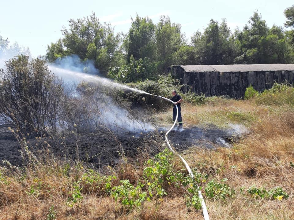 Erërat e forta ndërpresin aksionin për shuarjen e flakëve në Karaburun