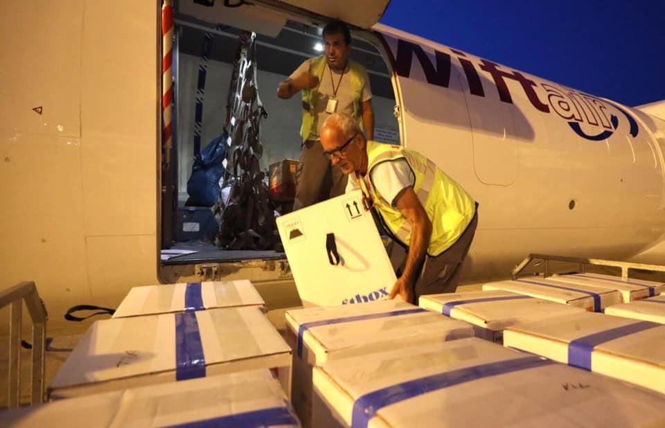 """Mbi 44 mijë doza Pfizer mbërrijnë në Aeroportin """"Nënë Tereza"""""""