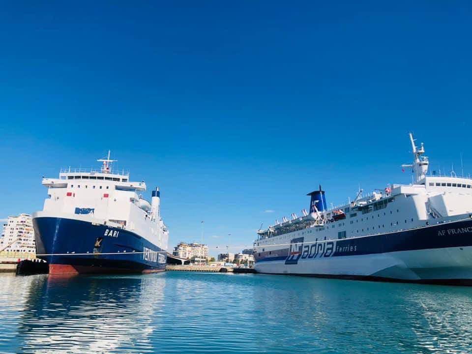 Trageti pësoi defekt, pasagjerët në Durrës protestë: S'na lajmëruan për anulimin e udhëtimit