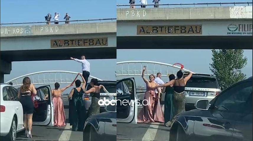 Duke kërcyer me shami në duar, dasmorët bllokojnë autostradën e Laçit