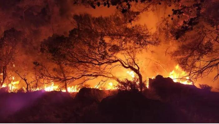 """VIDEO/ Natë e vështirë në ishullin grek, pas të nxehtit një tjetër """"armik"""" pengon zjarrfikësit"""