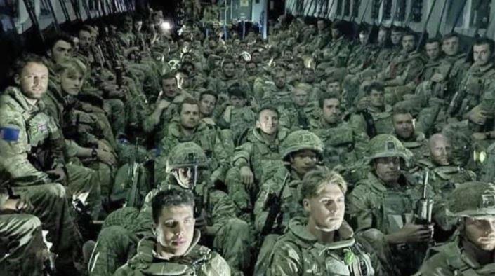 Trupat britanike largohen të rraskapitur nga Kabuli, Johnson: Ne do të kthehemi sërish