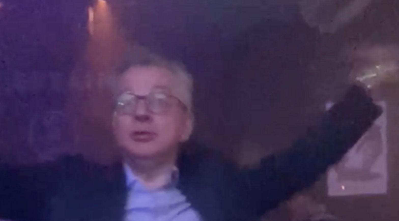 Me kostum në pistën e vallëzimit, ministri britanik filmohet duke kërcyer tekno