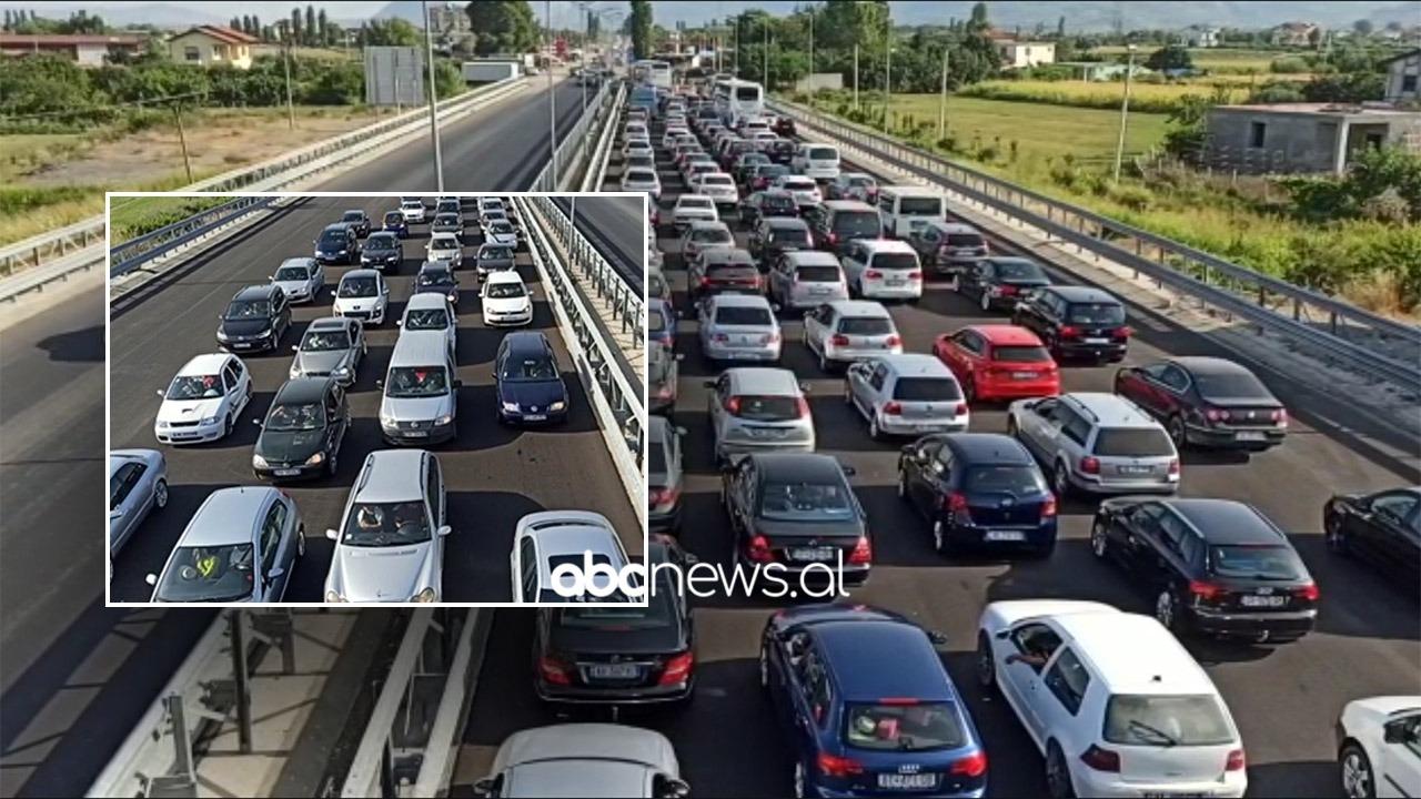 Qytetarët nga Kosova zgjedhin bregdetin shqiptar për të pushuar, trafik i rënduar në aksin Milot-Lezhë