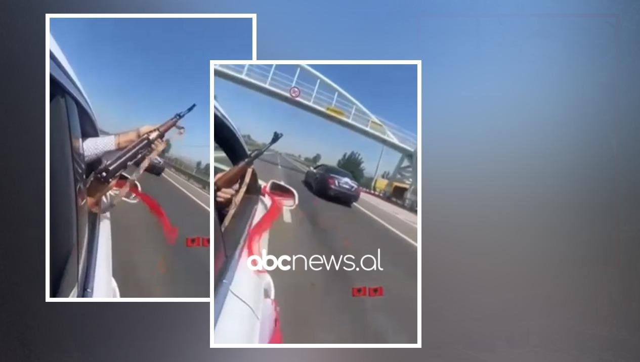 VIDEO/ Krushqit nxjerrin kallashin dhe zbrazin karikatorin në mes të autostradës në Laç
