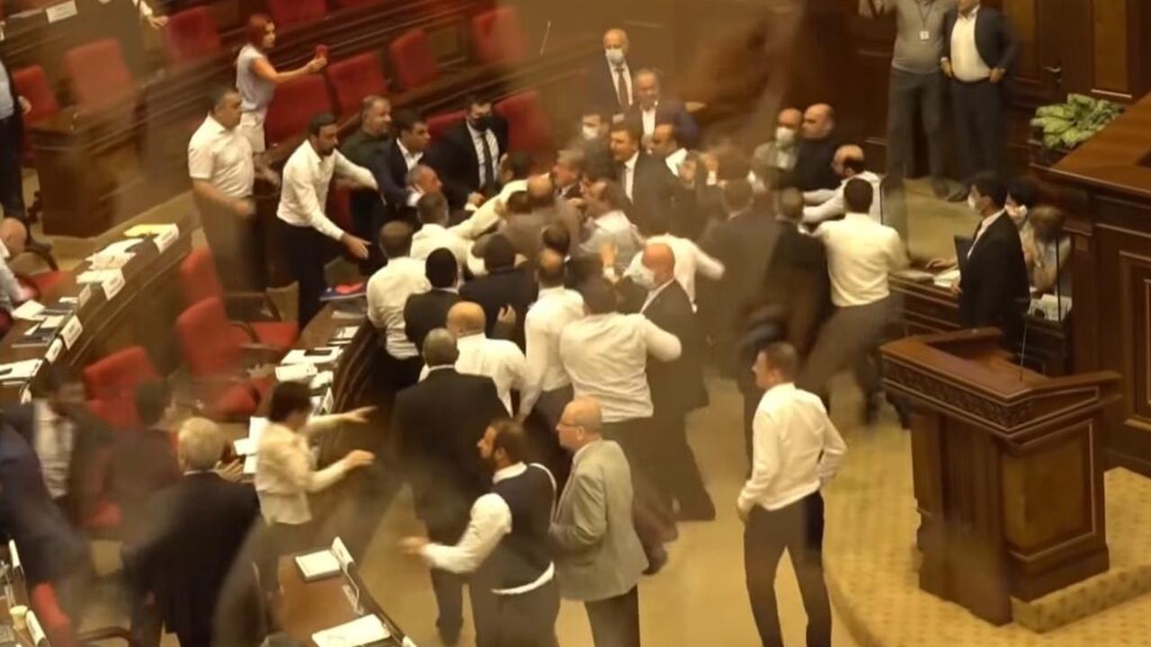 Si në ring, grushte dhe shkelma në parlamentin armen