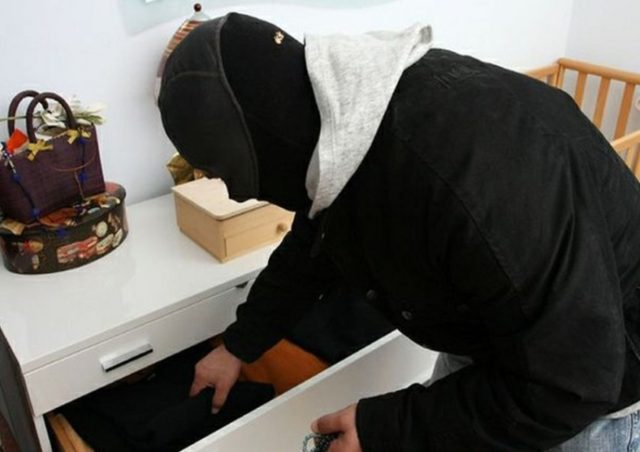 Grabitësi i futet në banesë dhe dhunon një grua në Durrës, kapet në flagrancë nga policia