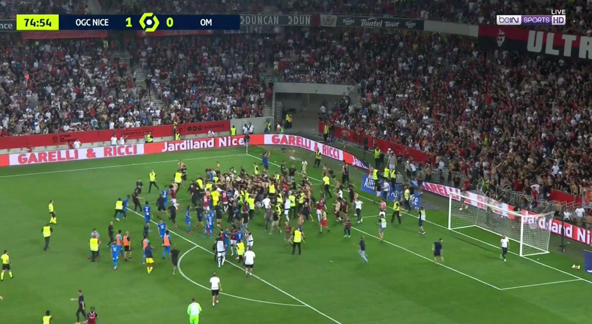 VIDEO/ Goditet ylli i Marseille, tifozët vërshojnë në fushë dhe ndërpresin ndeshjen