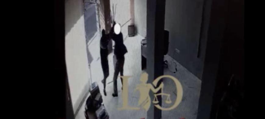 Futet dhe përleshet me pronarin, dalin pamjet, si i grabisin shqiptarët dyqanet në Greqi