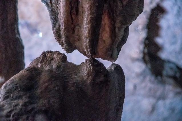 """""""Puthja"""" e pazakontë bën xhiron e rrjetit, stalaktiti dhe stalagmiti prekin njëri-tjetrin pas 20 mijë vitesh"""
