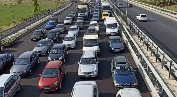 Mijëra shqiptarë të Kosovës dynden drejt bregdetit, trafik në aksin Milot-Lezhë