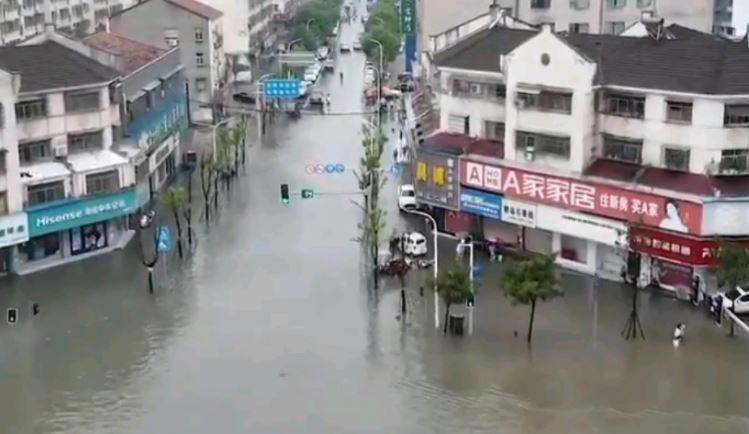 Të paktën 21 viktima nga përmbytjet në Kinë