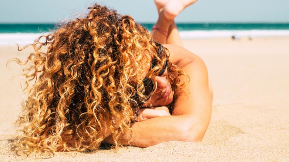 Mënyra më e lehtë për të hequr rërën nga flokët tuaj