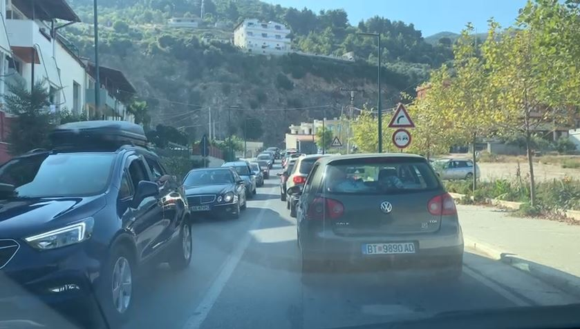 Pushuesit dynden drejt bregdetit, trafik i rënduar në Vlorë