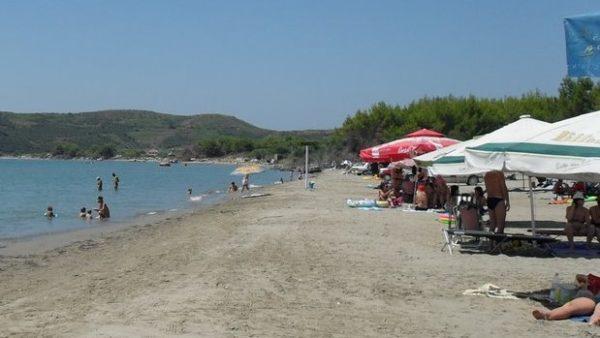 Humb jetën një pushues në plazhin e Zvërnecit, dyshohet për atak kardiak