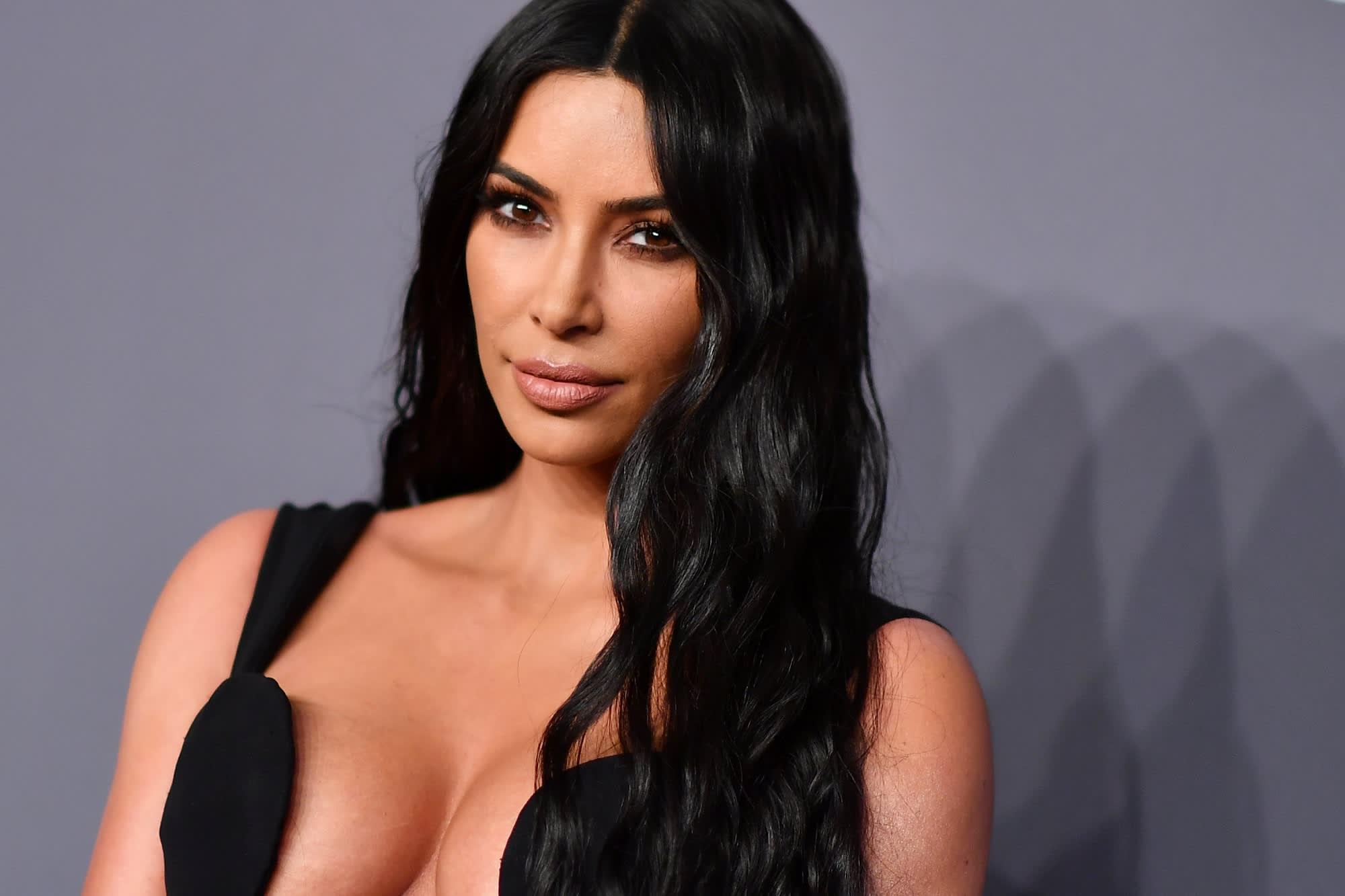 Kim Kardashian dhuron 3,000 $ për nënën e katër fëmijëve që humbi burrin nga Covid