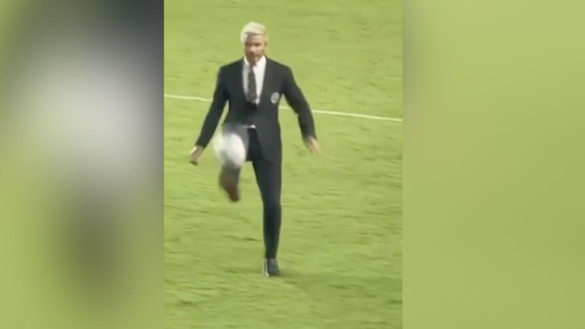 46-vjeç dhe i veshur me kostum, Beckham kalon kufijtë (VIDEO)
