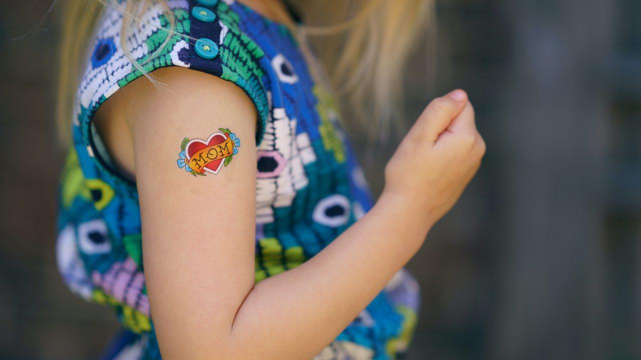 Ngjitëset e tatuazheve: Sa të sigurta janë për fëmijët
