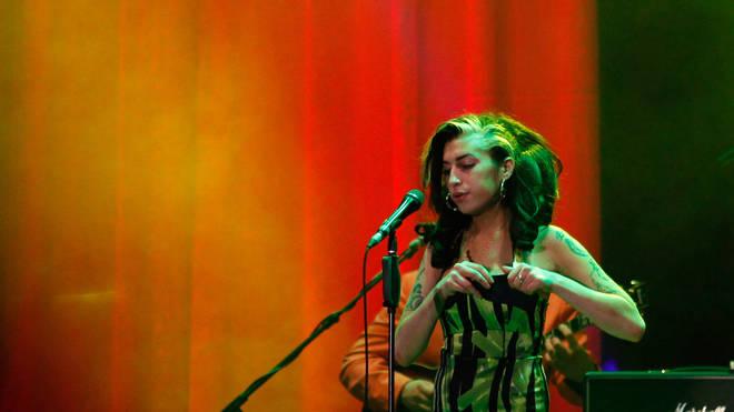 Del në ankand fustani që Amy Winehouse veshi në performancën e saj të fundit