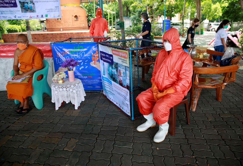 Si po mbrohen tajlandezët nga Covid duke përdorur shishet plastike