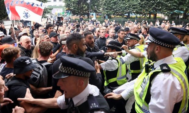 Protestuesit kundër vaksinave përpiqen të sulmojnë zyrat e rregullatorit mjekësor në Londër