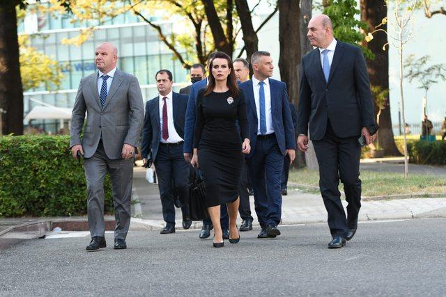 FOTO/ Çfarë s'u pa në Kuvend, Grida Duma ndërron fustanin, Berisha navigon në rrjet, Kryemadhi mendohet