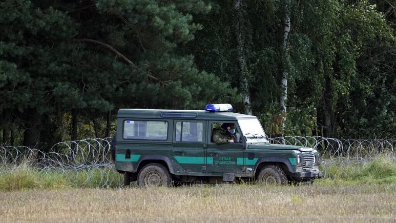 Tre emigrantë u gjetën të pajetë, Polonia dërgon 500 trupa shtesë në kufi me Bjellorusinë