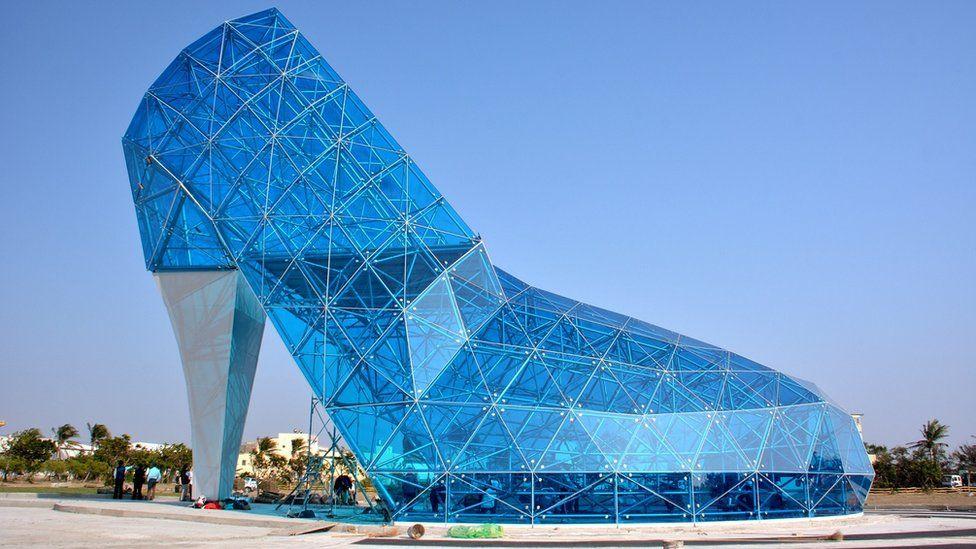 Kjo kishë në formë këpuce prej qelqi është ndërtuar për një arsye të pazakontë