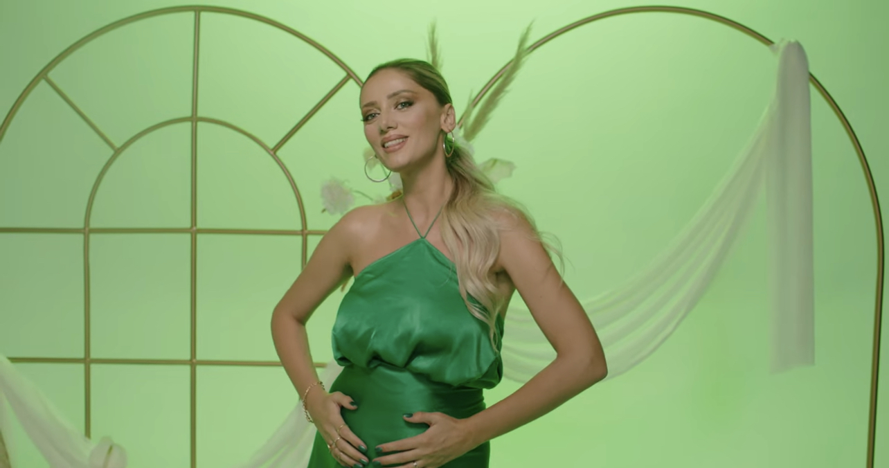 Këngëtarja shqiptare konfirmon shtatzëninë me klipin e ri