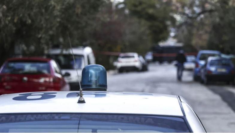 """Grabitet banka në qendër të Athinës, autorët e armatosur """"deri në dhëmbë"""" ia mbathin në rrugica"""