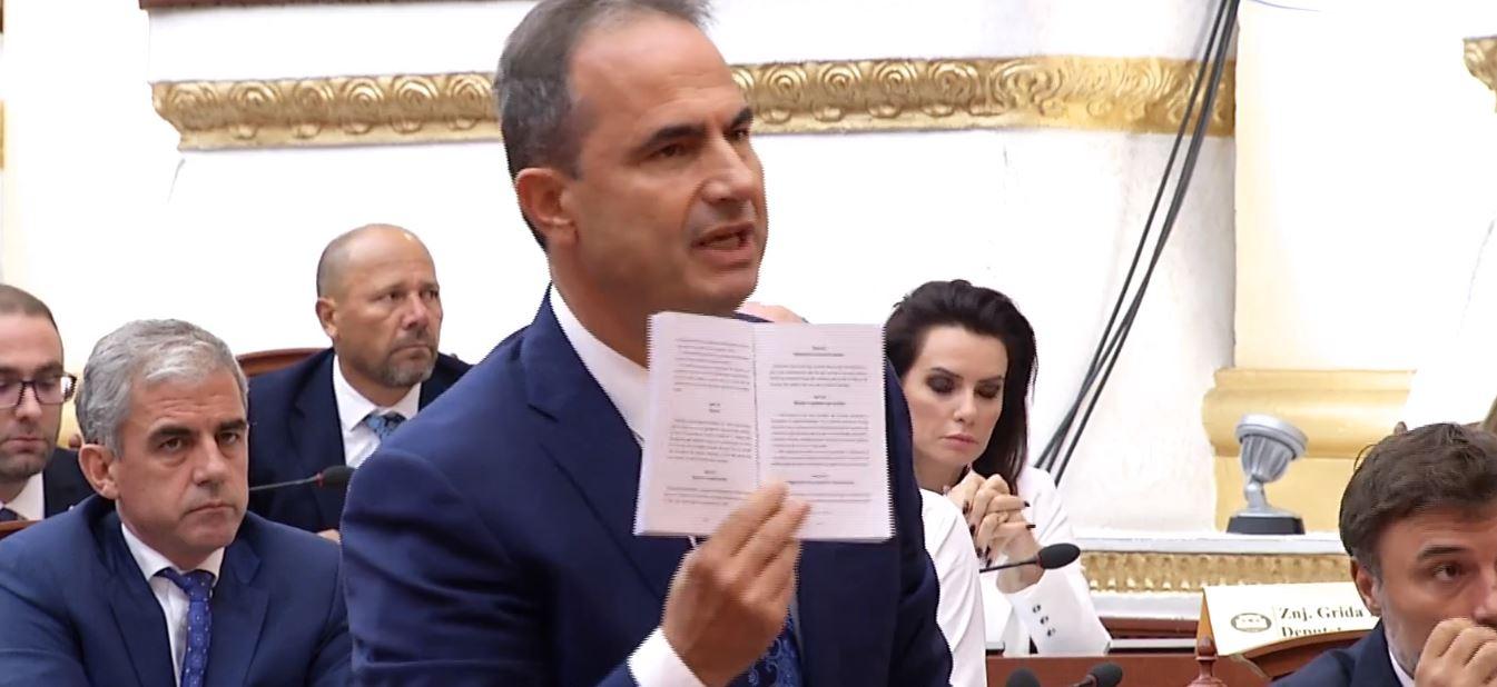 Rama mungon në sallë, Luçiano Boçi i lexon rregulloren Lindita Nikollës: Ndërprisni seancën