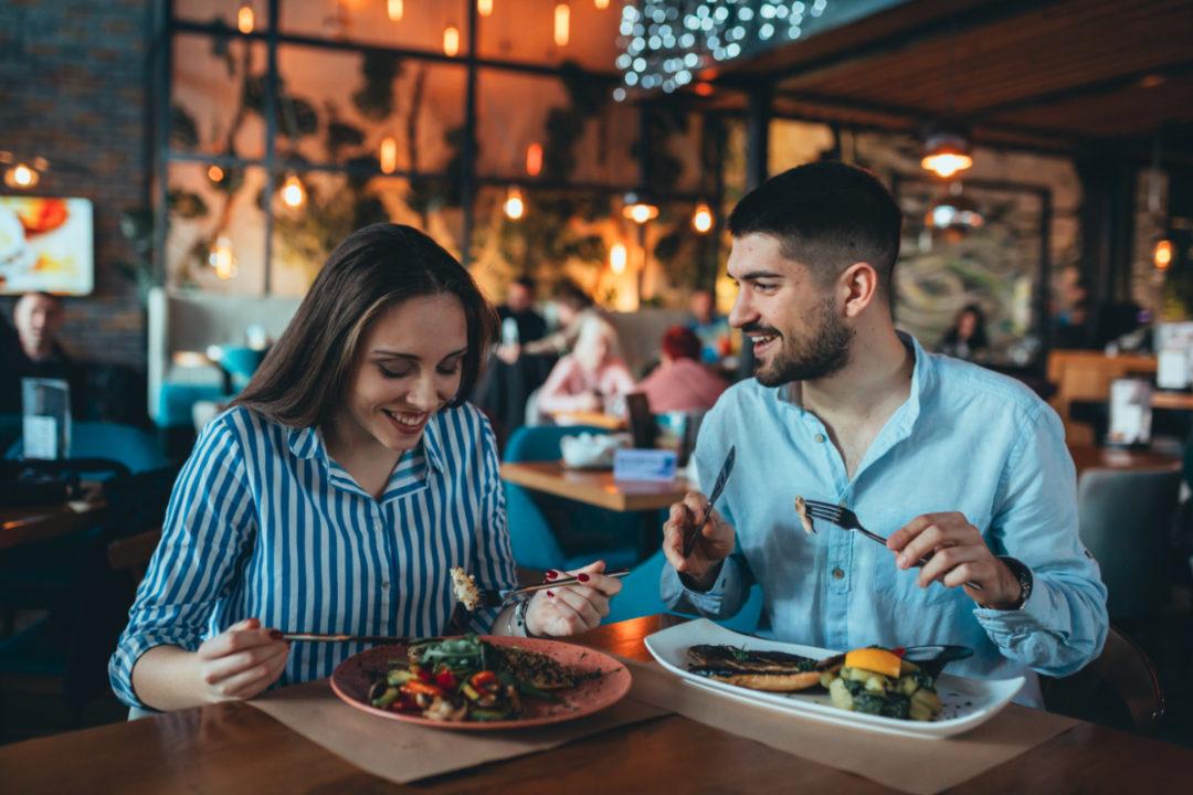 Çfarë duhet të hani kur darkoni jashtë? 9 këshilla të shëndetshme
