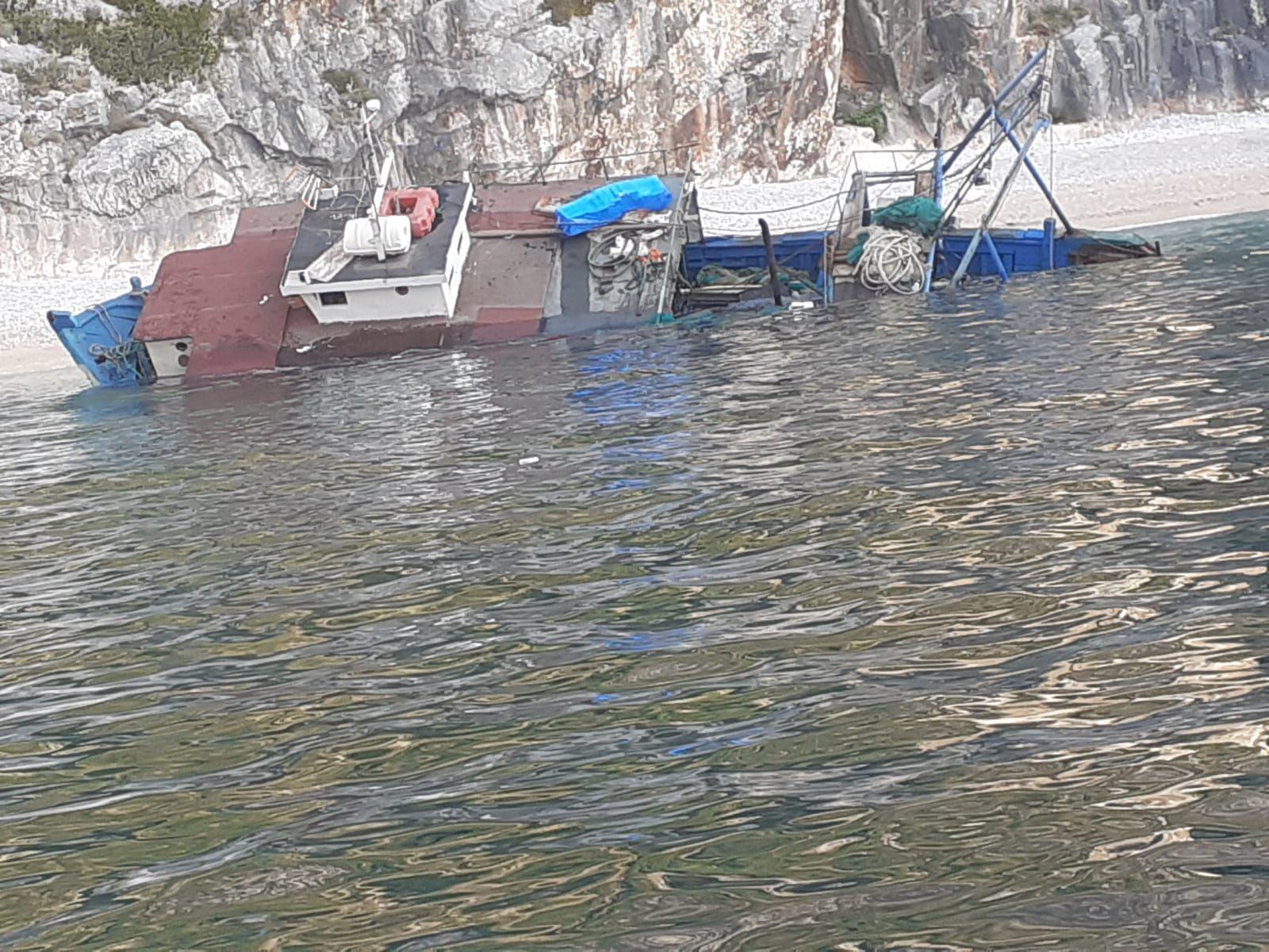Mbytet peshkarexha në Karaburun, shpëtohen 4 marinarët