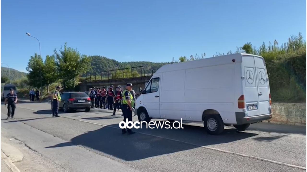 Mbyllet për arsye sigurie kalimi nën urë, banorët në Elbasan në protestë