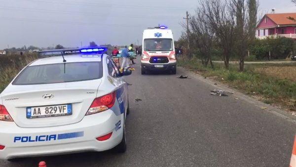 Furgoni i mësuesve përplaset me një Benz, tre të lënduar në Fier