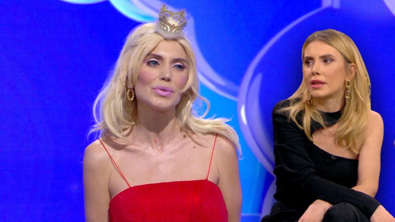 """Rrëfehet """"Barbie"""" i Kosheres: Si u bëra pjesë e spektaklit të humorit"""