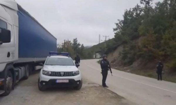 Vendosen edhe katër kamionë të tjerë tek barrikadat në Bërnjak