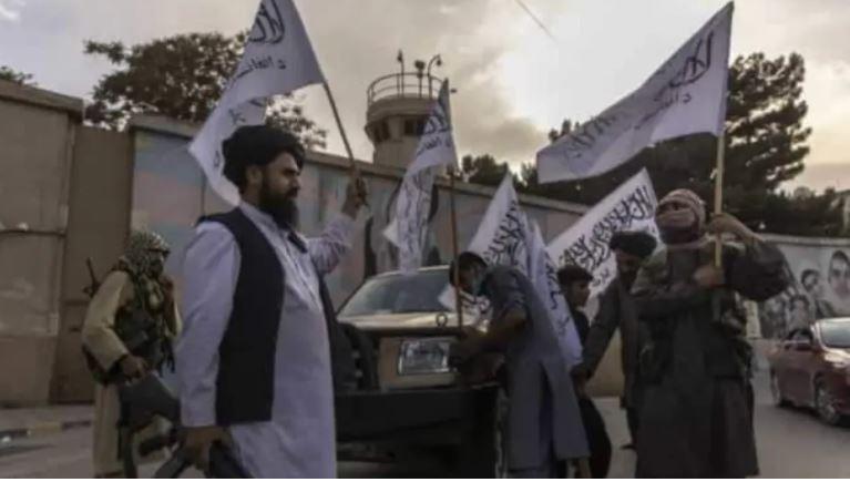Talebanët festojnë duke qëlluar në ajër, 17 të vrarë