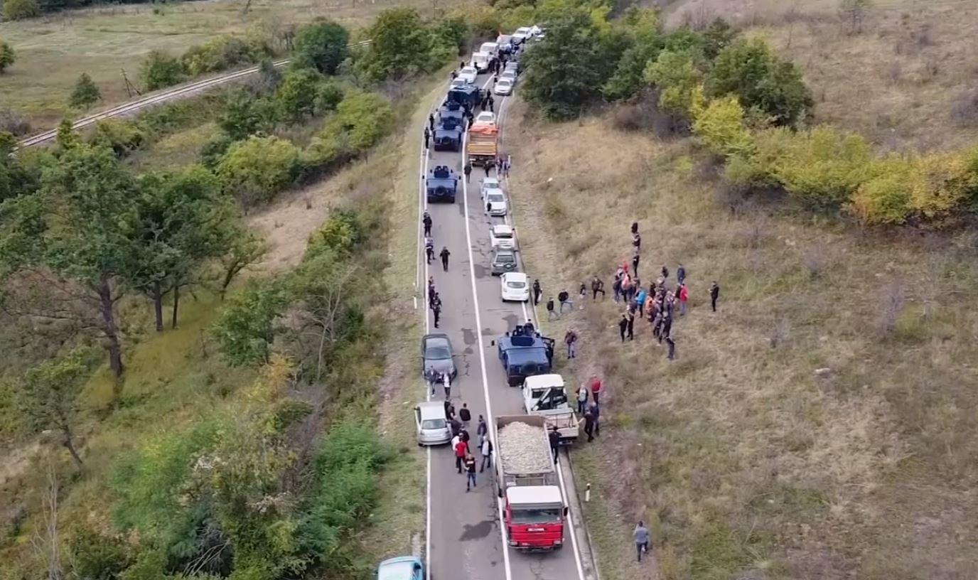 Dita e dytë e bllokimit, pamjet me dron nga dogana mes Serbisë dhe Kosovës
