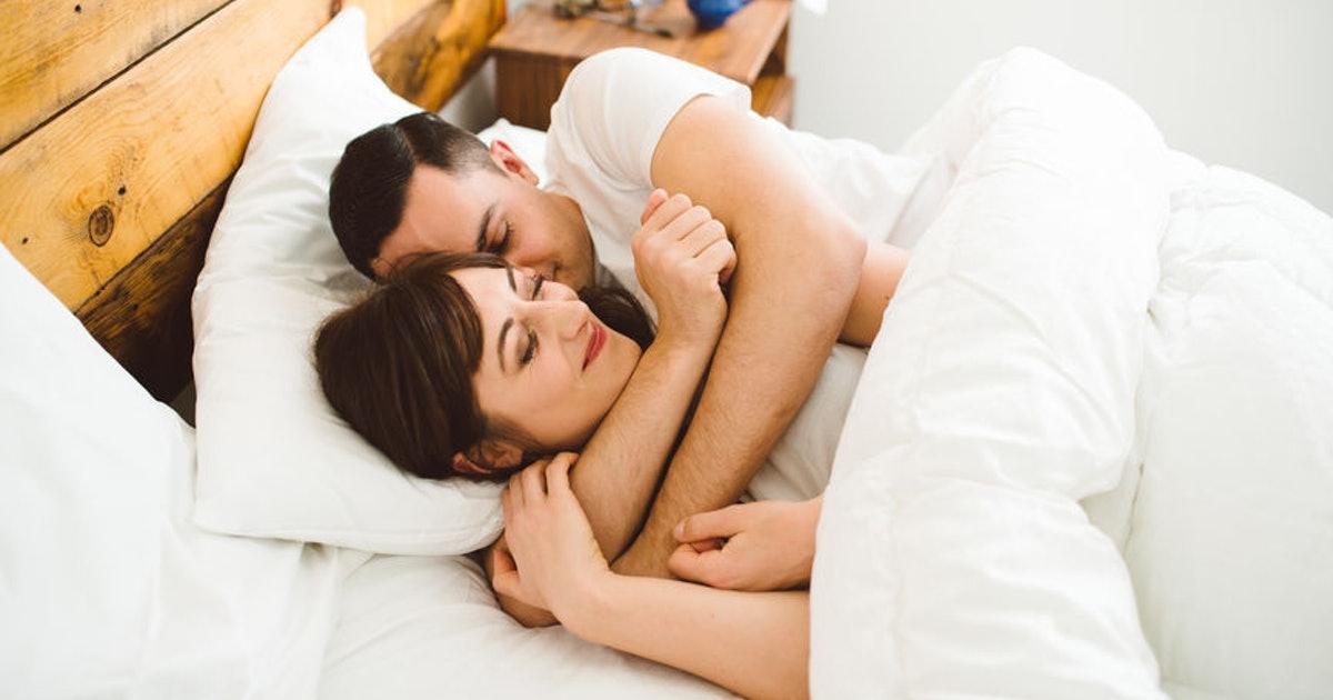 5 metoda për të zgjuar partnerin tuaj në mëngjes në një mënyrë të ëmbël