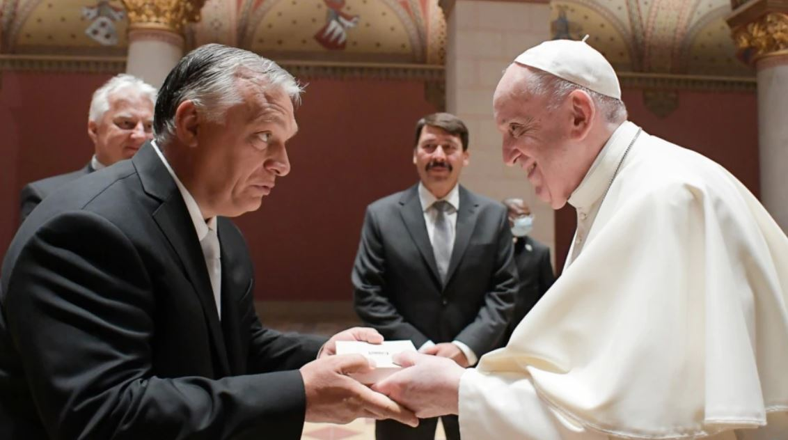 Papa Françesku takohet me Orbanin