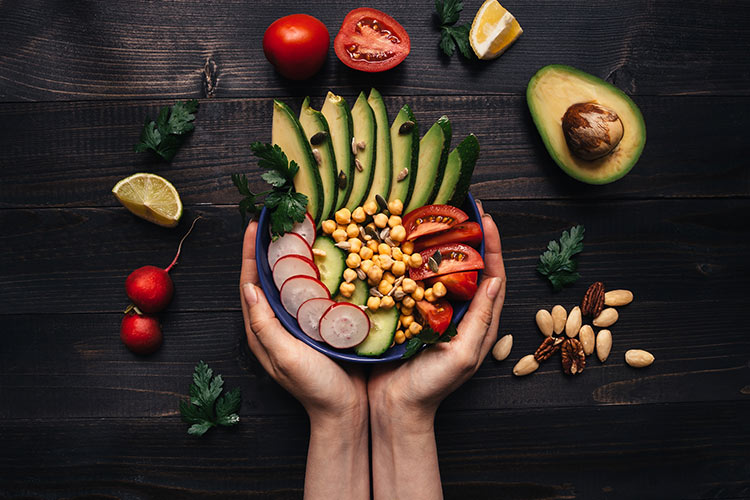 Ushqimi i shëndetshëm mund të shmangë vdekjen nga Covid, pohon studimi