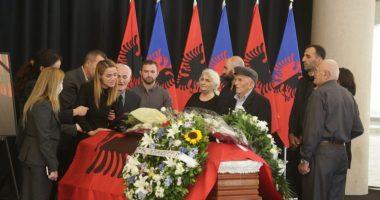 FOTO/ Saimir Hoxha përcillet për në banesën e fundit, e shoqja dhe i ati nuk mbajnë dot lotët