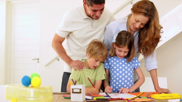 Katër lojëra krijuese për të kaluar pasditen me një fëmijë të vogël